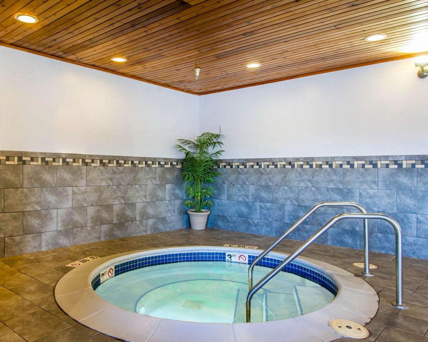Pool - Quality Inn & Suites Keokuk