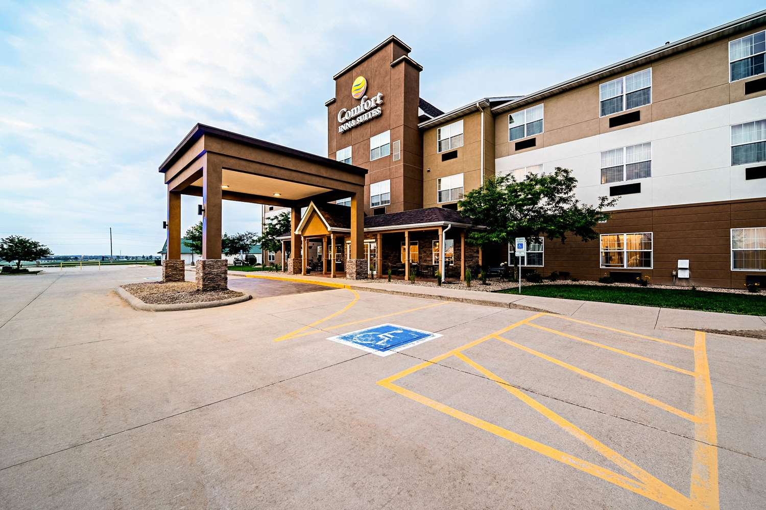 Exterior view - Comfort Inn & Suites Independence