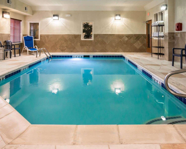 Pool - Comfort Inn Crystal Lake
