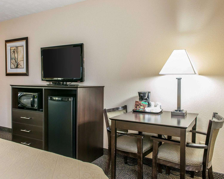 Room - Quality Inn & Suites Mattoon