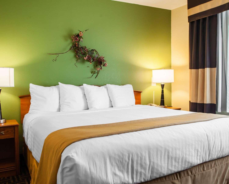 Suite - Quality Inn Bolingbrook