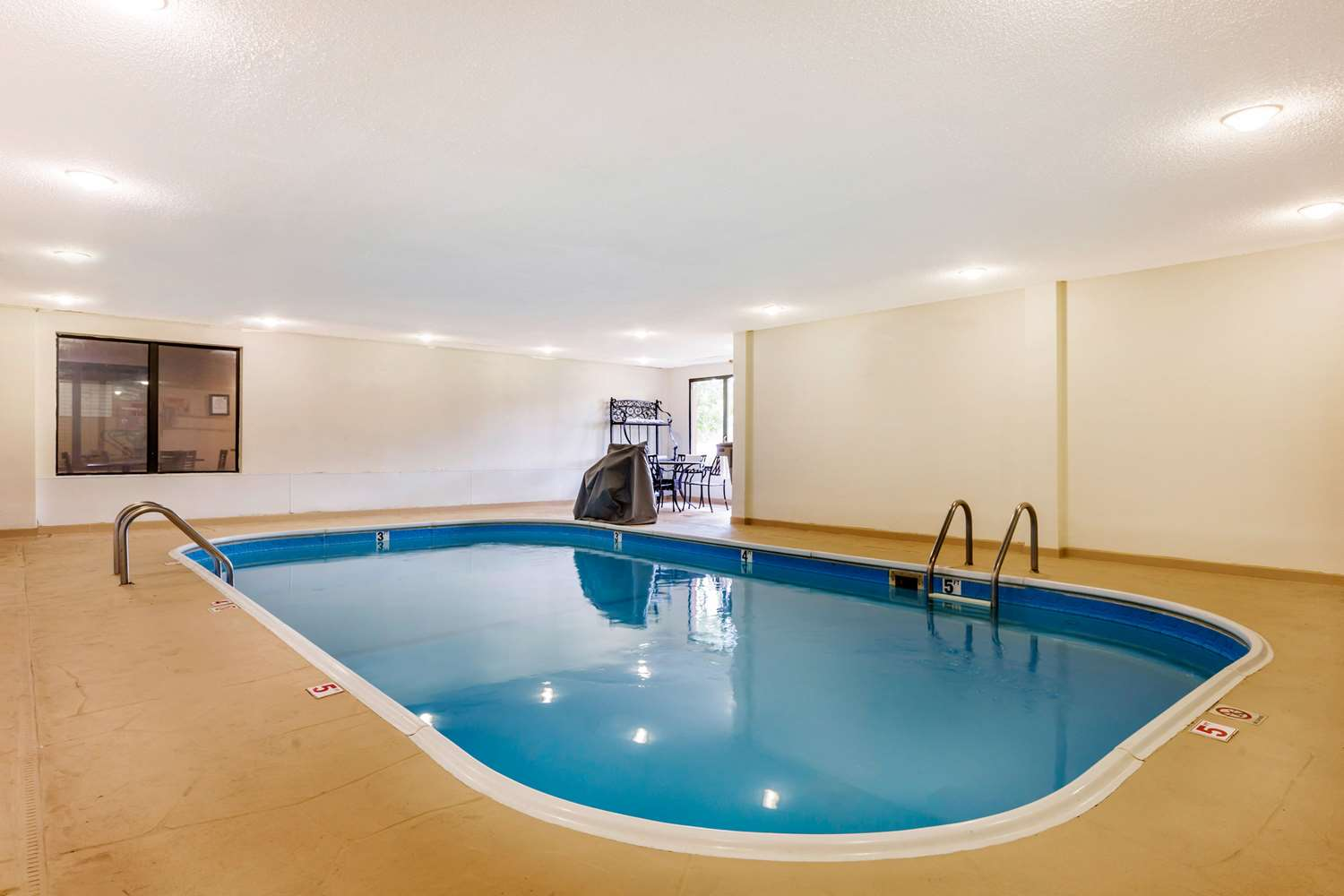 Pool - Comfort Suites Lansing
