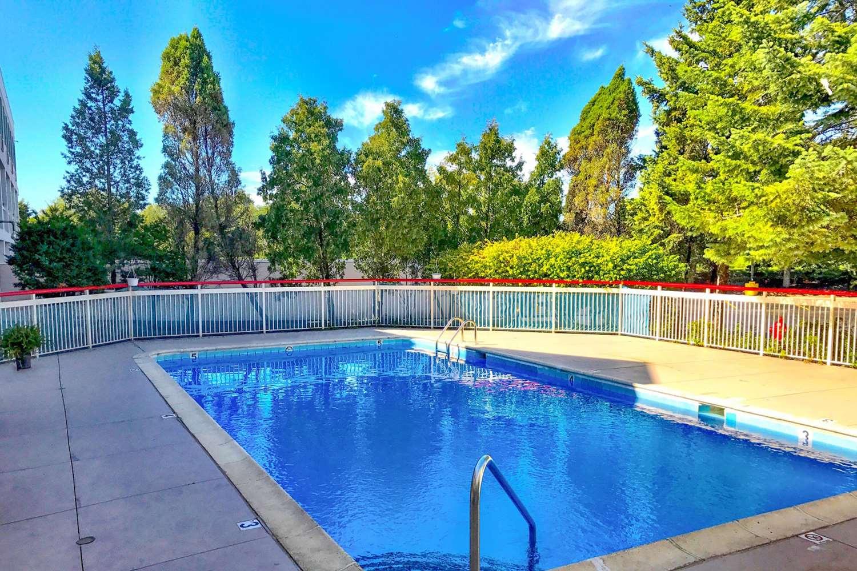 Pool - Econo Lodge Willowbrook