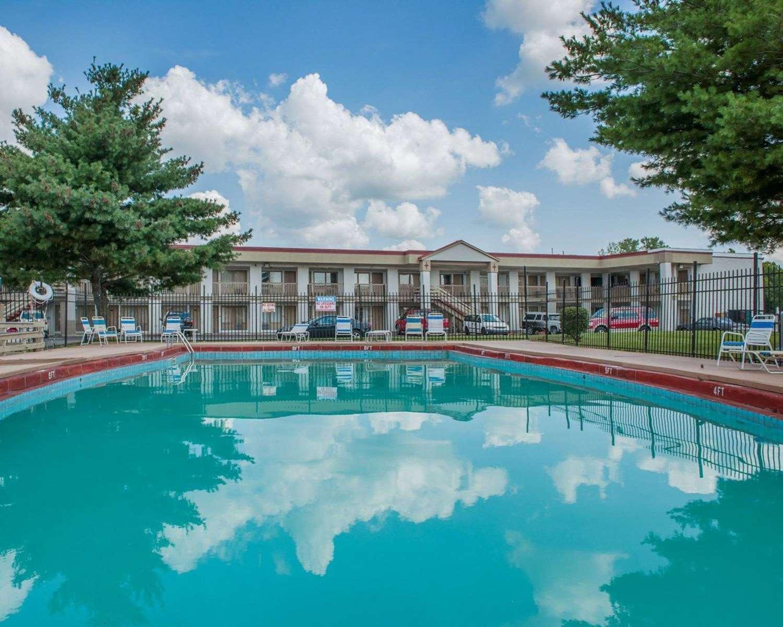 Pool - Econo Lodge Evansville