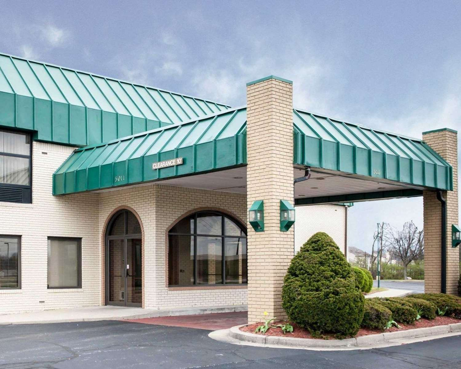 Exterior view - Quality Inn & Suites Speedway Indianapolis