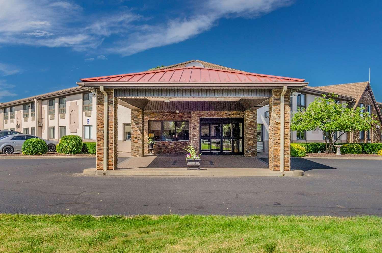 Exterior view - Comfort Inn & Suites West Springfield