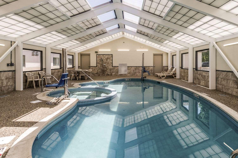 Pool - Comfort Inn & Suites West Springfield