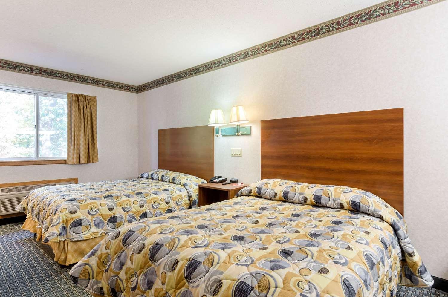Room - Econo Lodge West Springfield
