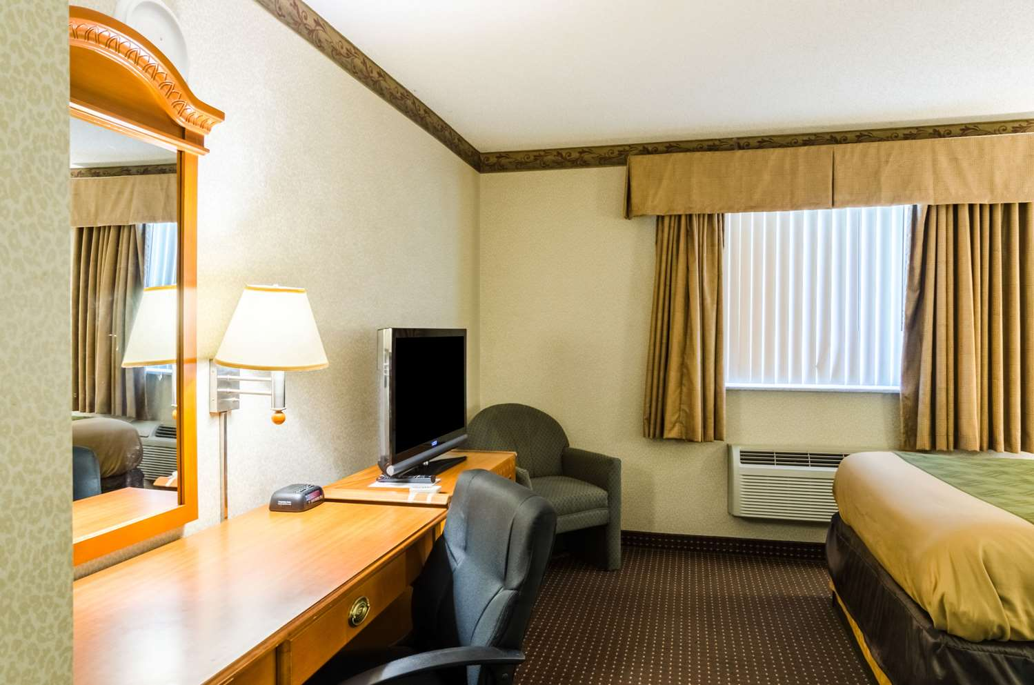 Room - Econo Lodge Pittsfield