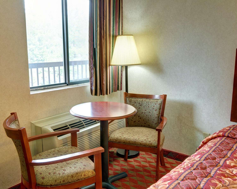 Room - Econo Lodge College Park