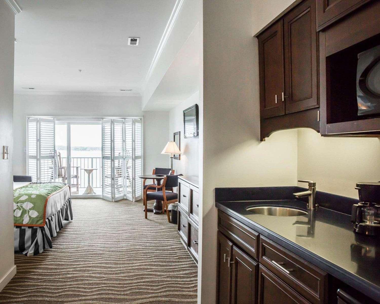 Room - Island Inn & Suites Piney Point