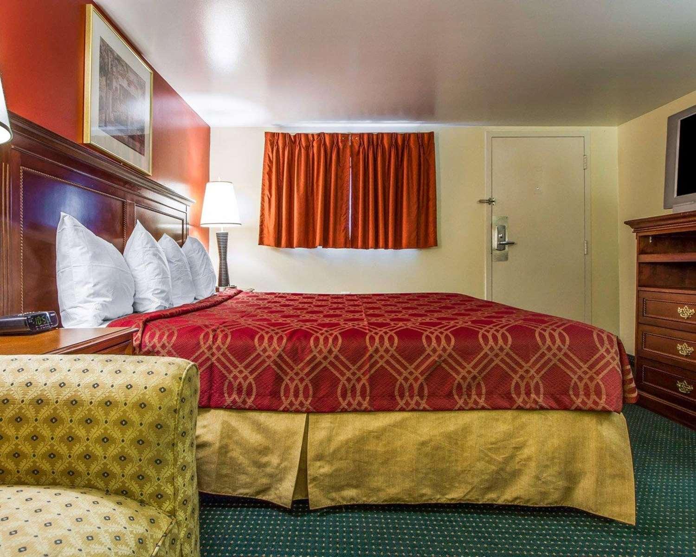 Room - Rodeway Inn & Suites Brunswick