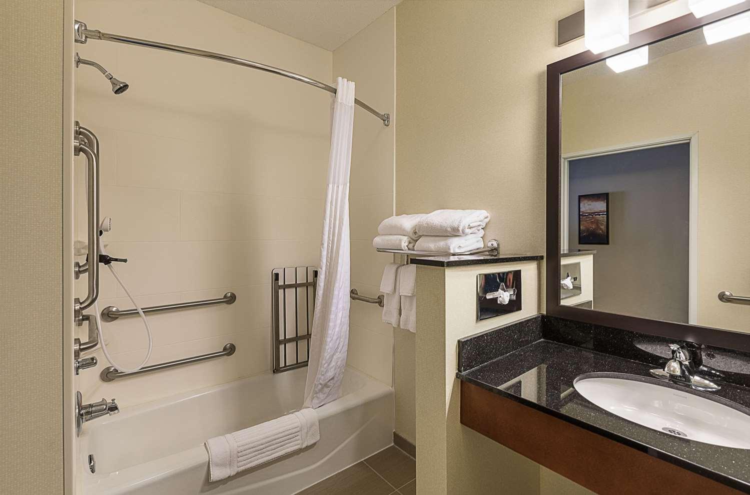 Room - Comfort Suites Saginaw