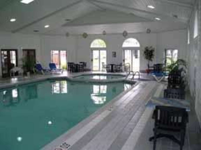 Pool - Comfort Inn Lakeside Mackinaw City