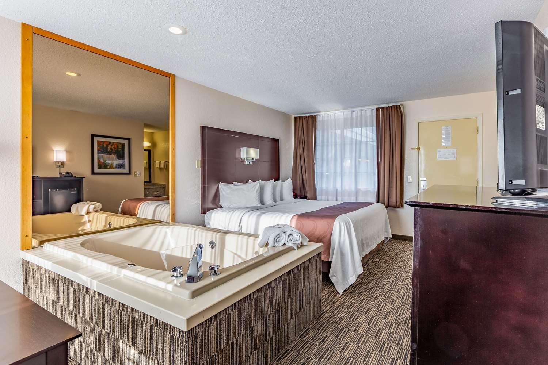 Room - Quality Inn Lakefront St Ignace