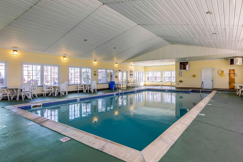 Pool - Quality Inn Lakefront St Ignace