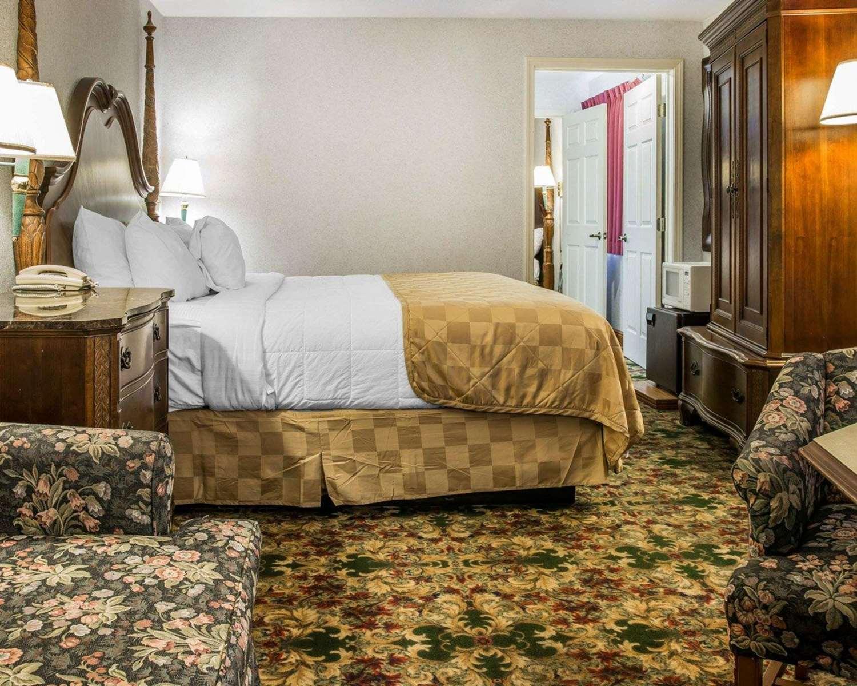 Suite - Clarion Hotel Beachfront Mackinaw City