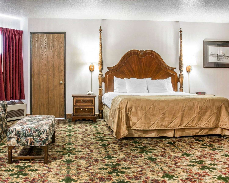 Room - Clarion Hotel Beachfront Mackinaw City
