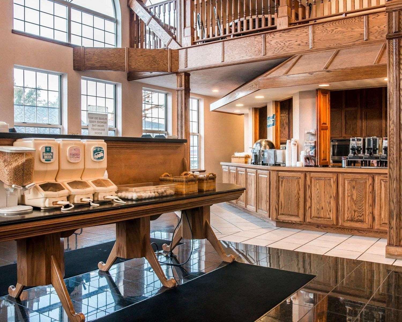 Restaurant - Clarion Hotel Beachfront Mackinaw City