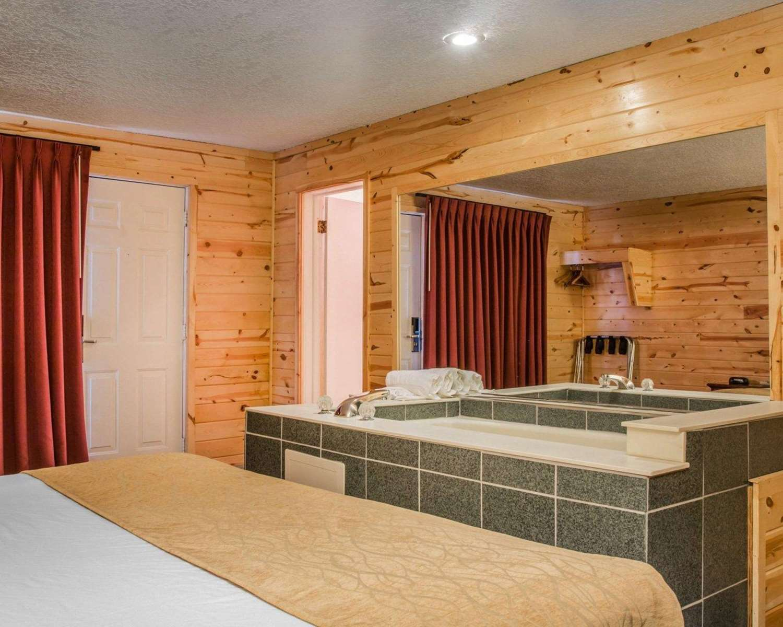 Room - Econo Lodge Mackinaw City