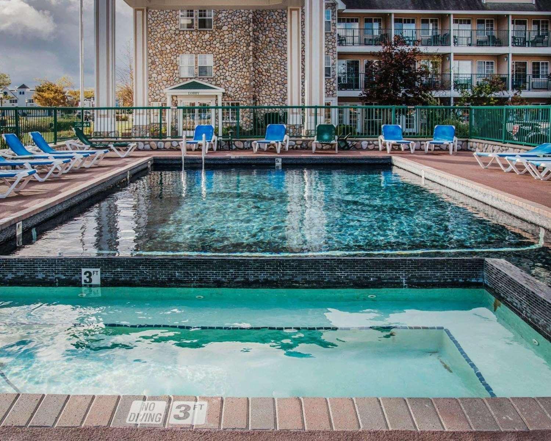 Pool - Econo Lodge Mackinaw City