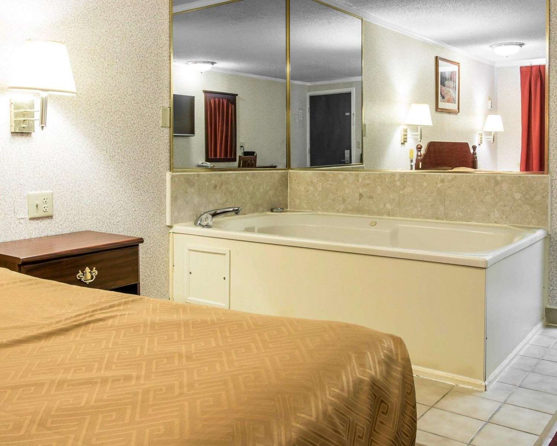 Room - Rodeway Inn Madison Heights