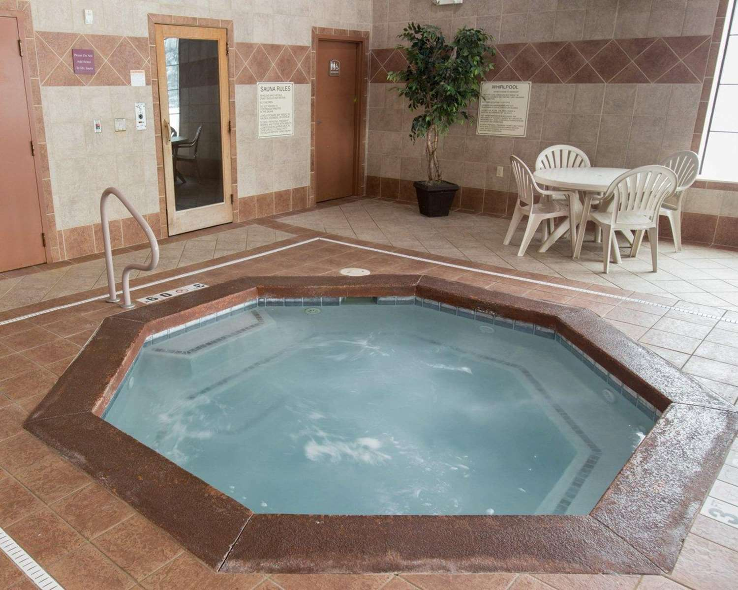 Pool - Comfort Suites South Grand Rapids