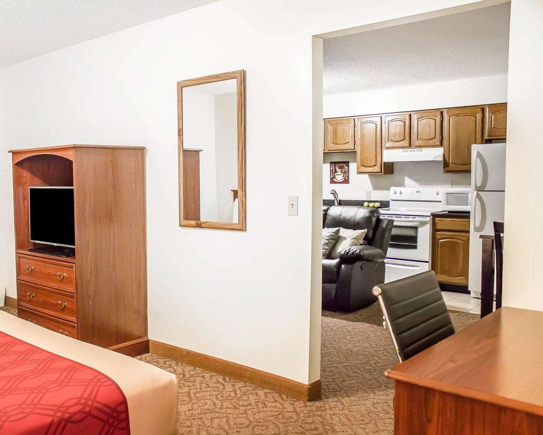 Suite - Econo Lodge on the Bay Menominee