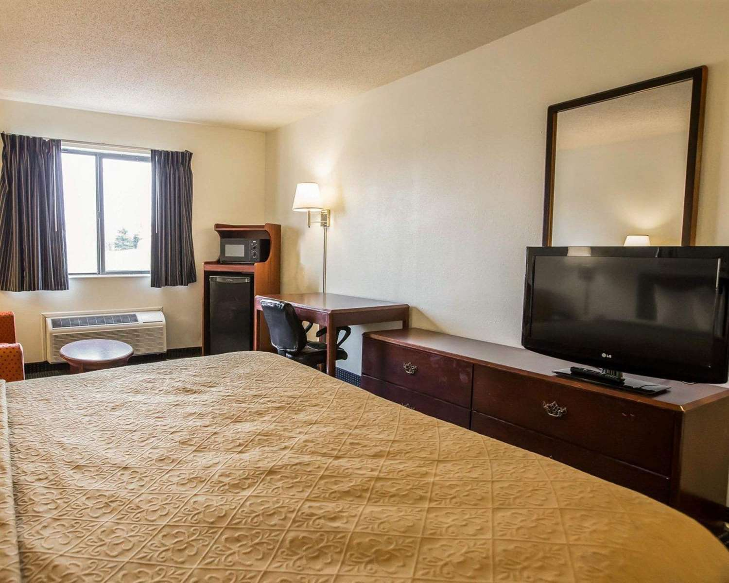 Room - Quality Inn & Suites Dundee