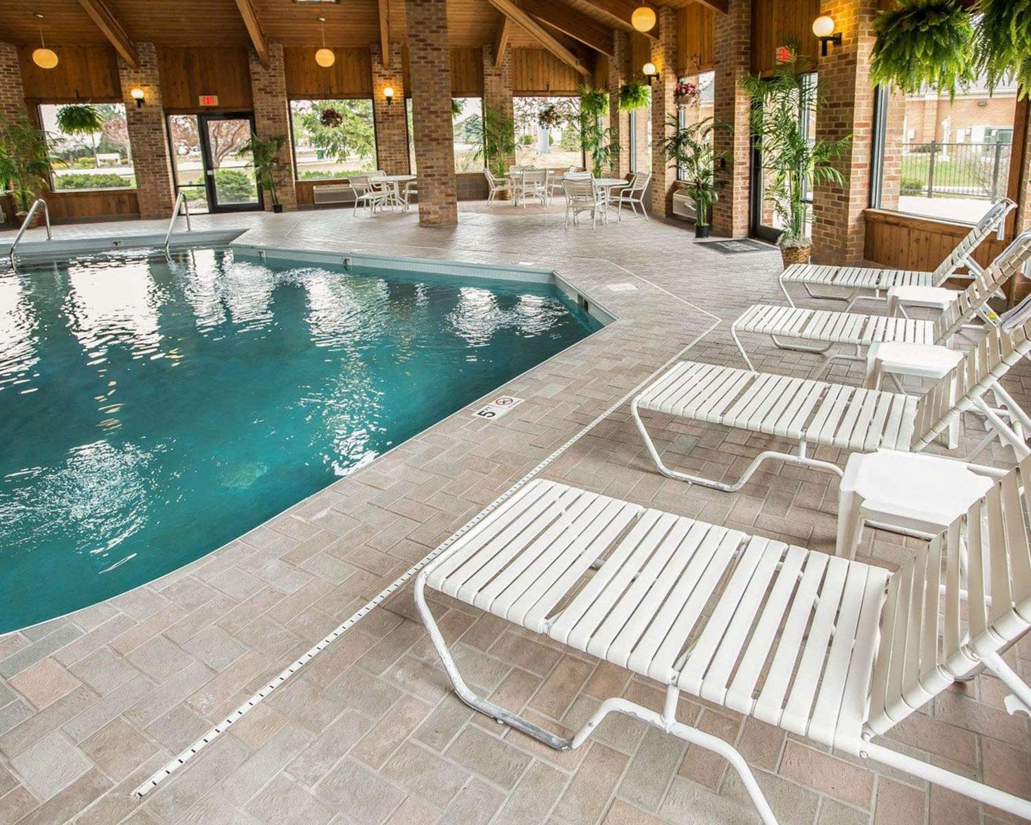 Pool - Quality Inn & Suites Dundee