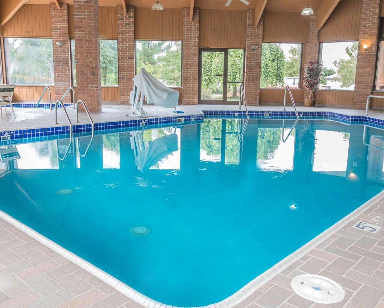 Pool - Quality Inn Walker