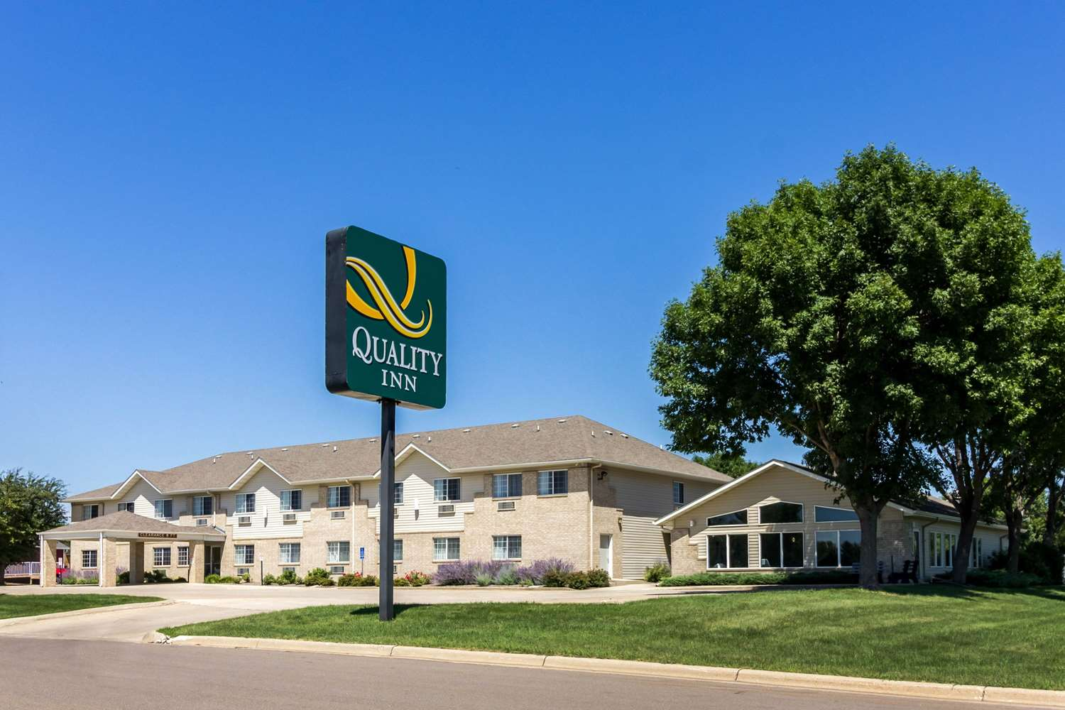 Exterior view - Quality Inn & Suites Marshall