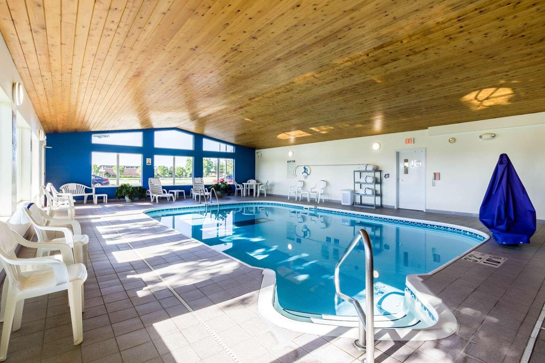 Pool - Quality Inn & Suites Marshall