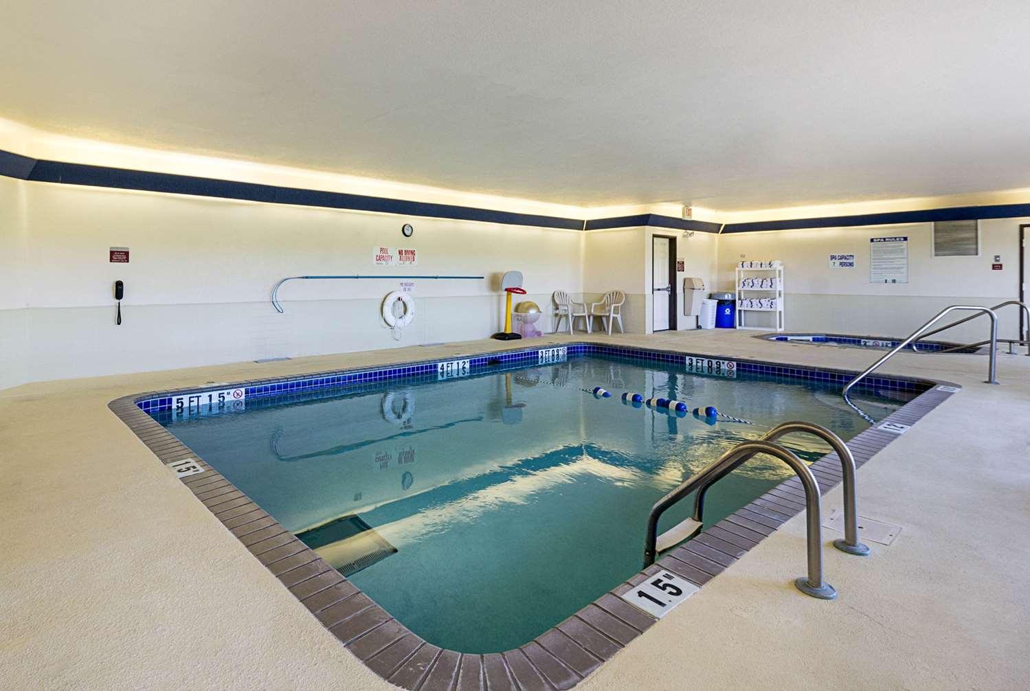 Pool - Quality Inn Fairmont