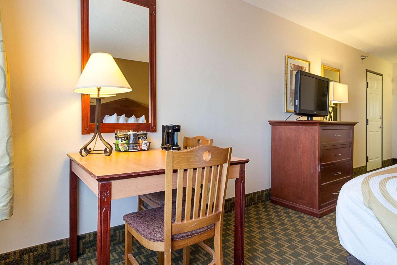 Room - Quality Inn Fairmont
