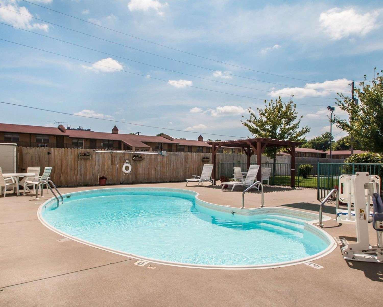Pool - Econo Lodge East Springfield