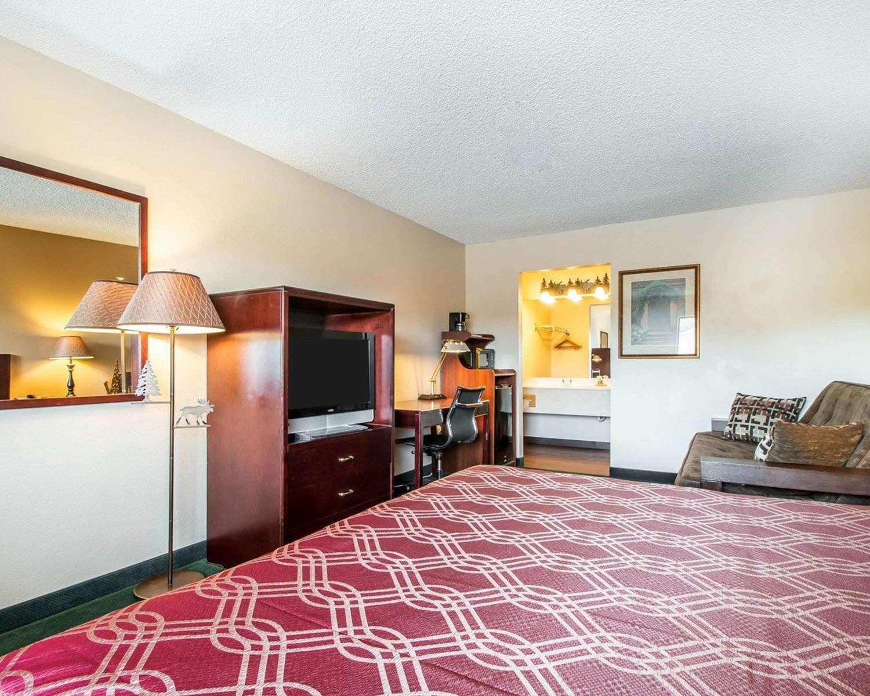Room - Econo Lodge East Springfield