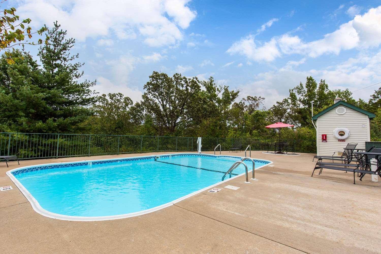 Pool - Econo Lodge Branson