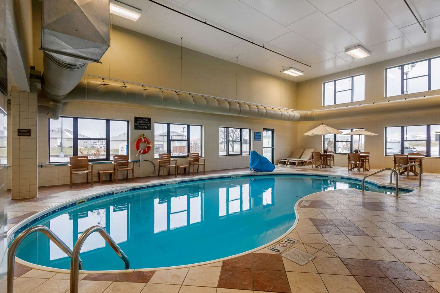 Pool - Comfort Inn & Suites North Springfield