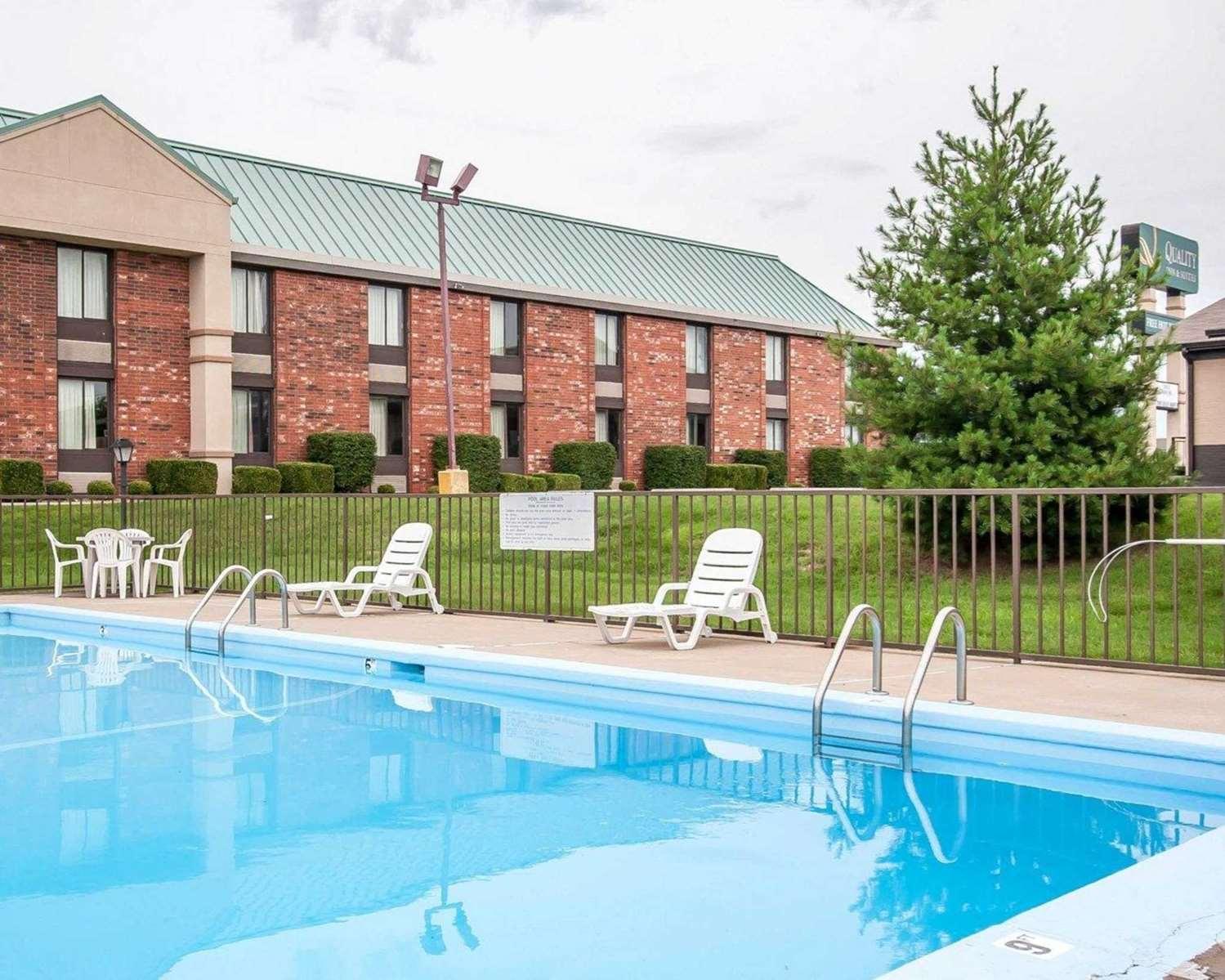 Pool - Quality Inn & Suites North Glenstone Springfield