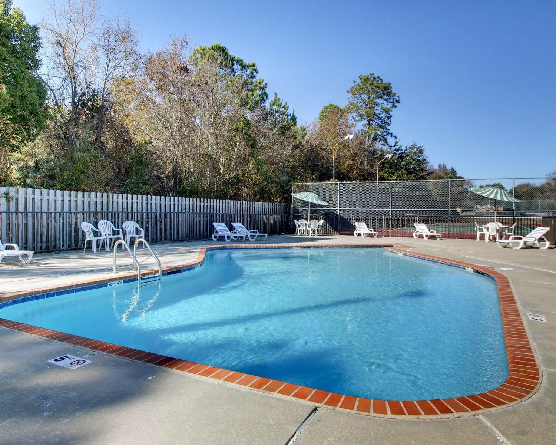 Pool - Econo Lodge Biloxi