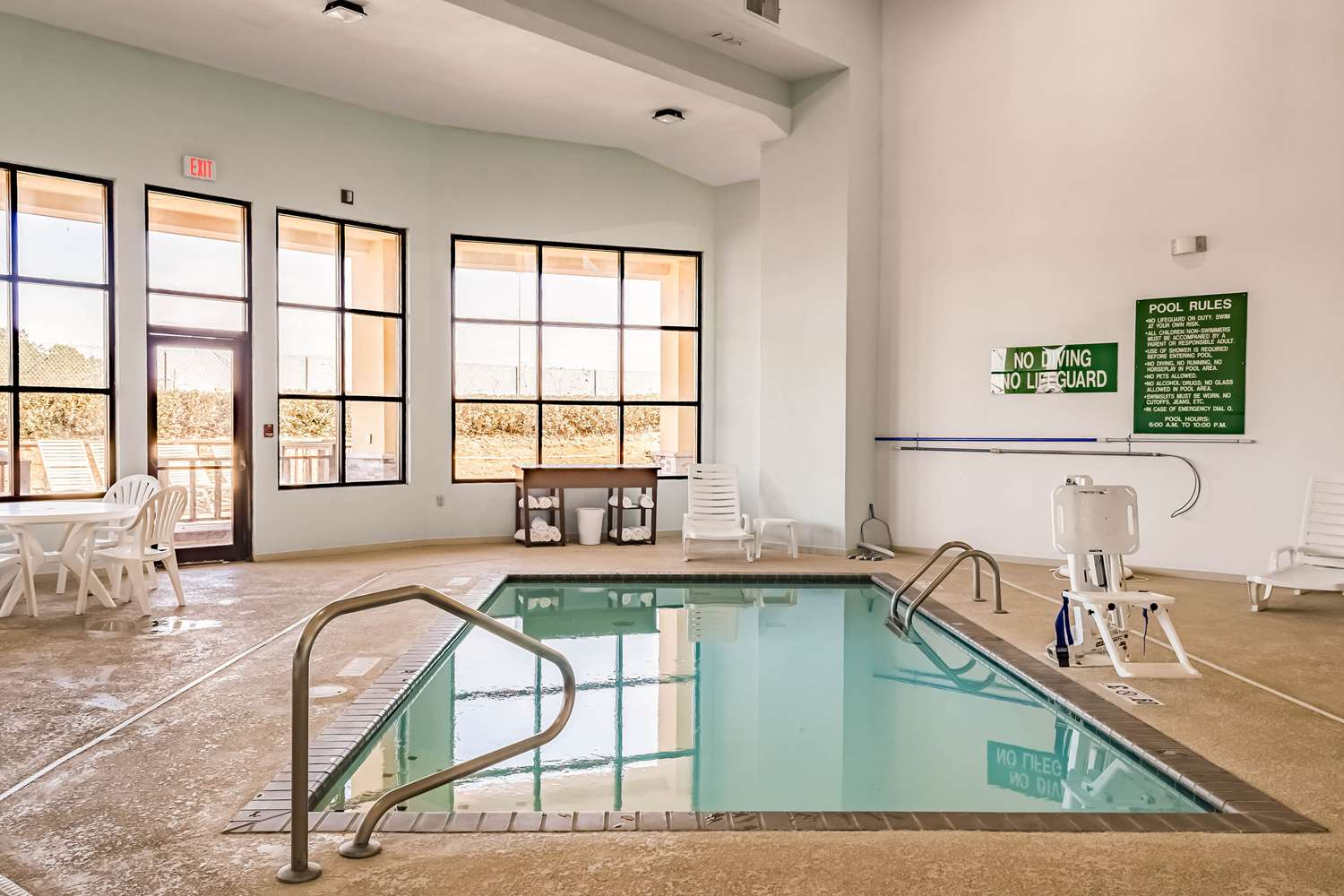 Pool - Comfort Suites Hattiesburg