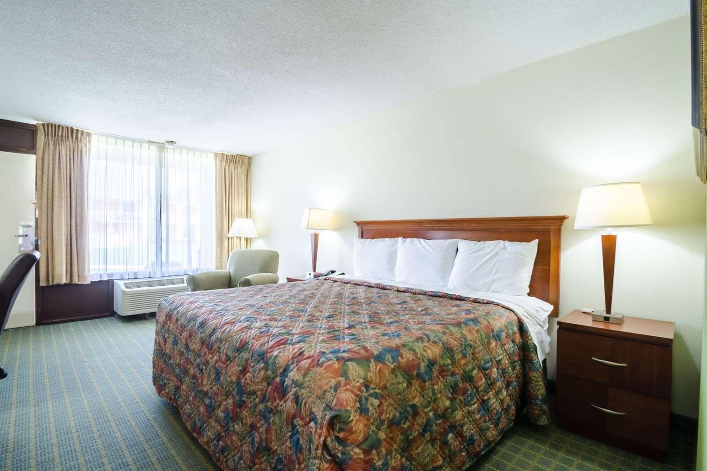 Room - Rodeway Inn & Suites Greensboro