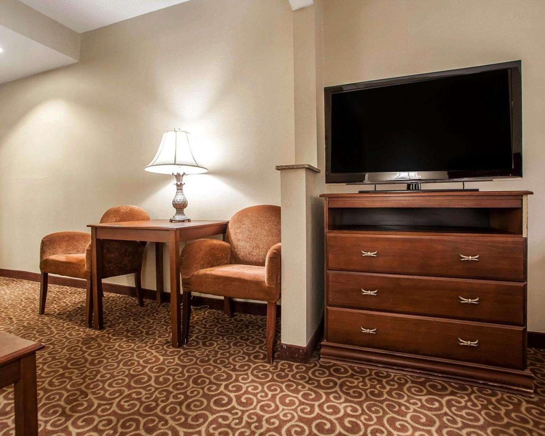 Room - Comfort Suites East Brunswick