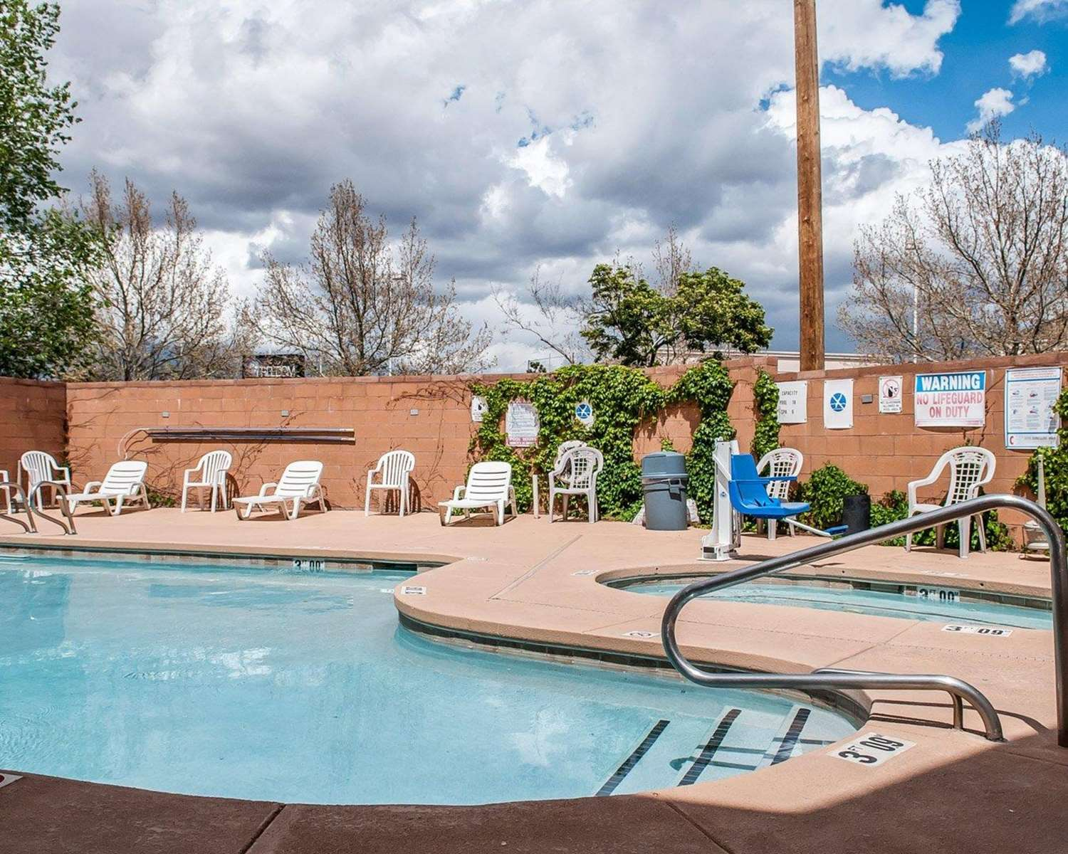 Pool - Econo Lodge Inn & Suites Santa Fe