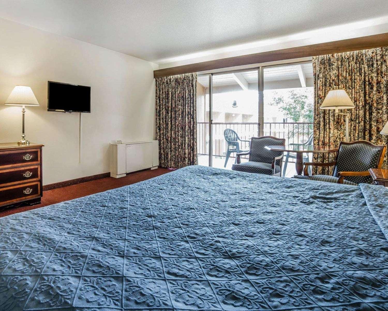 Room - Econo Lodge Reno