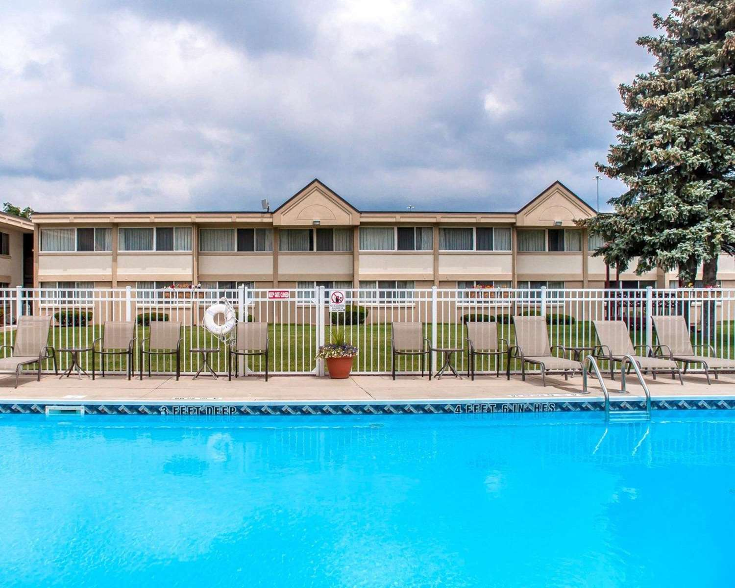 Pool - Quality Inn & Suites Vestal