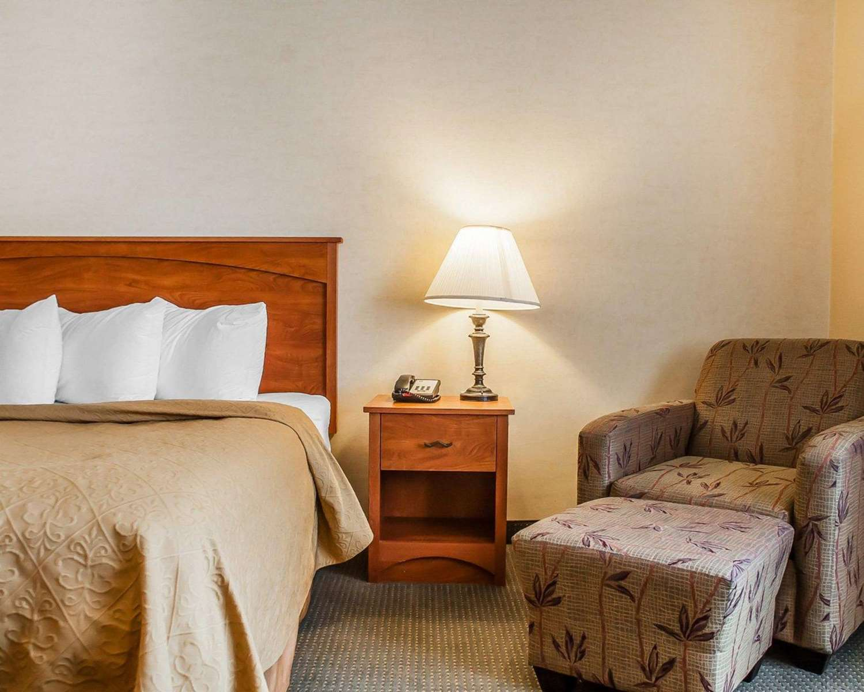Suite - Quality Hotel & Suites Niagara Falls