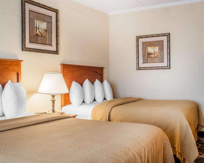 Room - Quality Hotel & Suites Niagara Falls