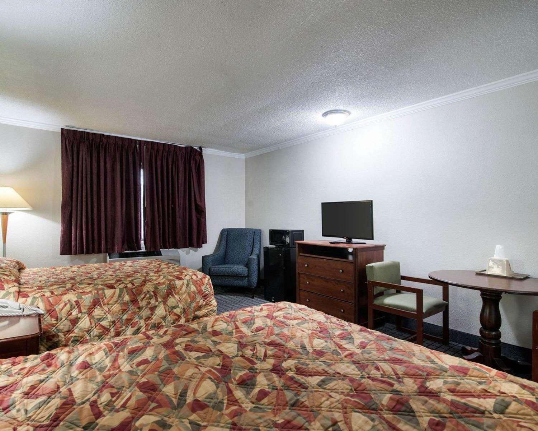 Room - Rodeway Inn Syracuse